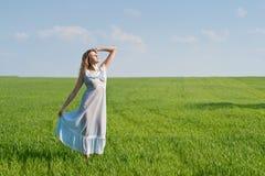 Mulher no prado Fotografia de Stock Royalty Free