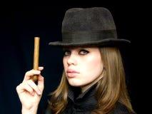Mulher no preto com um cigarro em uma mão Fotos de Stock