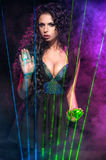 Mulher no preto no fundo de incandescência abstrato Foto de Stock Royalty Free