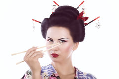Mulher no quimono japonês com hashis e rolo de sushi Foto de Stock Royalty Free