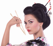 Mulher no quimono japonês com hashis e rolo de sushi Fotografia de Stock Royalty Free