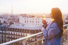 Mulher no restaurante luxuoso em Paris foto de stock