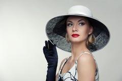 Mulher no retrato retro do chapéu. imagem de stock royalty free
