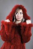Mulher no revestimento alinhado pele do inverno Fotografia de Stock Royalty Free