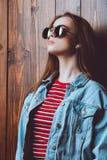 Mulher no revestimento da sarja de Nimes Imagem de Stock