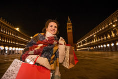 Mulher no revestimento do inverno com os sacos de compras na praça San Marco Foto de Stock Royalty Free