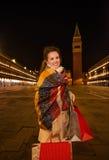 Mulher no revestimento do inverno com os sacos de compras na praça San Marco Imagens de Stock Royalty Free