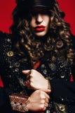 Mulher no revestimento preto com decoração e as ondas douradas Imagens de Stock