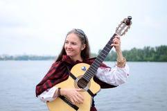 Mulher no rio que joga a música medieval celta, Ucrânia Fotografia de Stock