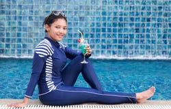 Mulher no roupa de banho completo do corpo que relaxa na associação Imagens de Stock