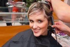 Mulher no salão de beleza de cabelo fotografia de stock royalty free