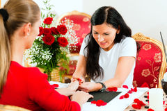 Mulher no salão de beleza do prego que recebe o manicure Fotos de Stock