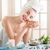 Mulher no salão de beleza dos termas Fotos de Stock Royalty Free