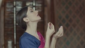 Mulher no sari que aspira o aroma delicioso do saquinho video estoque