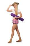 A mulher no short cor-de-rosa da manta que mantém o tapete isolado no branco Fotos de Stock