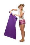 A mulher no short cor-de-rosa da manta que mantém o tapete isolado no branco Foto de Stock