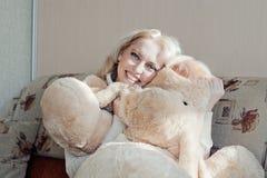 Mulher no sofá Imagens de Stock