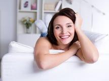 Mulher no sofá em casa Imagem de Stock