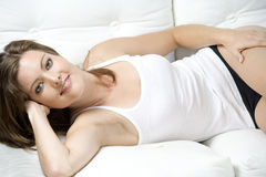Mulher no sofá no desgaste ocasional Foto de Stock Royalty Free