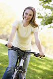 Mulher no sorriso da bicicleta imagem de stock