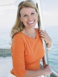 Mulher no sorriso do iate imagem de stock royalty free