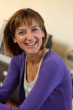 Mulher no sorriso roxo Imagem de Stock