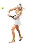 A mulher no sportswear joga o tênis no treinamento foto de stock