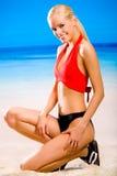 Mulher no sportswear na praia fotos de stock