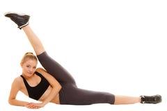Mulher no sportswear que faz esticando o exercício fotografia de stock
