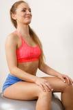 Mulher no sportswear que faz exercícios com bola do ajuste imagens de stock royalty free