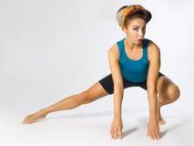 Mulher no sportswear que faz a ginástica Fotografia de Stock Royalty Free