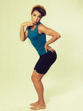 Mulher no sportswear que faz a ginástica Fotos de Stock Royalty Free