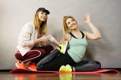 Mulher no sportswear que faz o exercício com instrutor imagem de stock royalty free