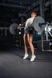 Mulher no sportswear que faz o exercício do crossfit fotografia de stock royalty free