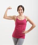 Mulher no sportswear que mostra seu bíceps fotos de stock