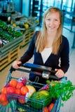 Mulher no supermercado fotografia de stock royalty free