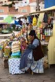 Mulher no suporte do petisco em Tiquina, Bolívia Fotos de Stock Royalty Free