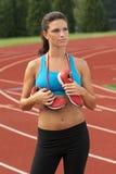 Mulher no sutiã dos esportes com as sapatas Running em torno de sua garganta fotos de stock
