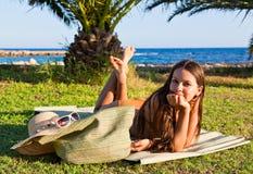 A mulher no swimsuit está encontrando-se na grama verde imagens de stock royalty free