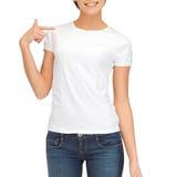 Mulher no t-shirt branco vazio Imagens de Stock