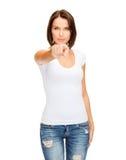 Mulher no t-shirt branco vazio que aponta em você Fotografia de Stock Royalty Free
