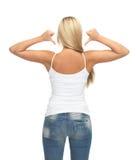 Mulher no t-shirt branco vazio que mostra para trás Fotografia de Stock
