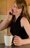 Mulher no telefone de pilha Fotografia de Stock