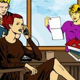 Mulher no telefone e nos outros trabalhadores de escritório Foto de Stock