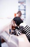 Mulher no telefone no escritório imagem de stock
