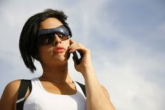 Mulher no telemóvel foto de stock