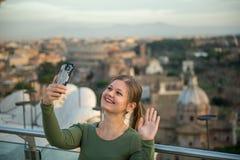 Mulher no telhado em Roma imagem de stock