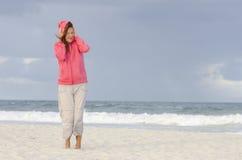 Mulher no tempo do outono na praia Fotos de Stock Royalty Free