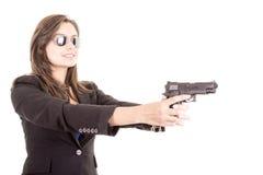 Mulher no terno e óculos de sol que guardaram uma arma Imagem de Stock Royalty Free