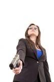 Mulher no terno e óculos de sol que guardaram uma arma Fotos de Stock Royalty Free